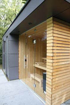 Garden sauna, pool house, garden shower by garden protagonist modern homify - Here you can find photos of interior design ideas. Get inspired! Hot Tub Garden, Garden Shower, Design Sauna, Jacuzzi Outdoor, Outdoor Sauna, Sauna Room, Sauna House, Wooden Decks, Outdoor Living
