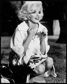 1962 / « Something's got to give » aurait été le trentième film de Marilyn. Seul un tiers fut tourné avant qu'on ne l'abandonne, mais cela n'empêcha pas bon nombre de biographes d'écrire davantage sur ce film inachevé que sur chacun des vingt-neuf films que tourna Marilyn.  « Something's got to give » était pensé comme un remake de « My favourite wife », une comédie très populaire de 1940 avec Cary GRANT et Irene DUNNE, racontant l'histoire d'une femme naufragée que l'on croit morte et qui…
