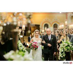 Entrada da noiva na igreja.  Cerimonia.de casamento na Igreja Santa Terezinha em Curitiba. Festa de Casamento no Hípica ❤ Decoração lindíssima e muita inspiração para noivas.