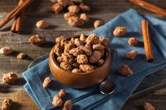 This recipe for caramelized peanut with cinnamon produces a deliciously crispy, crunchy, sweet, and salty snack. Cinnamon Roasted Almonds, Candied Almonds, Snacking, Plant Based Snacks, Spiced Nuts, Salty Snacks, Snacks Für Party, Cacao, Sweet Recipes