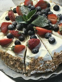 Бисквитный торт с ягодами и сливочным кремом