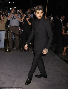 Zayn Malik supports girlfriend Gigi Hadid at Tom Ford NYFW bash in suave suit One Direction Zayn Malik, Zayn Mailk, Zayn Malik Shirtless, My Crush, Gigi Hadid, Air Max 90, Bad Boys, Tom Ford, Girlfriends