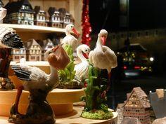 Idées de cadeaux : petites statues de cigognes trouvées sur le marché de Noel à Strasbourg