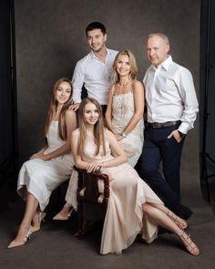 Family Photo Studio, Studio Family Portraits, Family Portrait Outfits, Family Portrait Poses, Family Posing, Big Family Photos, Family Picture Poses, Family Picture Outfits, Family Photo Sessions