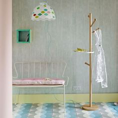 Retro-chic hallway: Pastel colors for a spaciou hallway