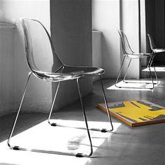 Sedia con scocca in policarbonato trasparente o bianco. Modern Interior, Interior Architecture, Interior Design, Chair Design, Furniture Design, Cheap Chairs, Take A Seat, Chair Pads, Contemporary Furniture