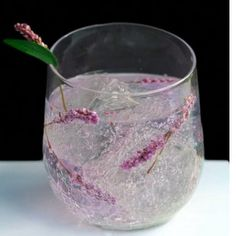 Oooh / Lavender Vodka Tonic Oooh / Lavender Vodka Tonic Recipe Beverages, Cocktails with vodka, simple syrup, lime juice, tonic water – Cocktails and Pretty Drinks Vodka Tonic, Gin And Tonic, Tonic Drink, Infused Vodka, Summer Cocktails, Cocktail Drinks, Cocktail Recipes, Alcoholic Drinks, Beverages