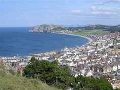 Llandudno, North Wales: a stop on our ancestry travel trip Wales Tourism, Places To Travel, Places To See, British Isles, British Seaside, Holiday Places, Snowdonia, Seaside Towns, North Wales