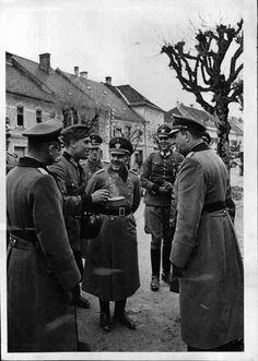 General Daluege bei einem Polizeieinsatz im Bacher-Gebirge Daluege beim Polizei-Bataillon nach dem Einsatzim Bachergebirge (ehem. Slowenien) bei der Verpflegung. Datierung 05.05.1941