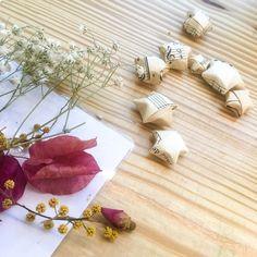 Un origami facile à faire avec des chutes de papier, ça vous tente ? Il vous suffit juste d'une bande de papier entre 1 et 2 cm de large et de la longueur d'une feuille A4 ! Gift Wrapping, Gifts, Paper Strips, Tent, Gift Wrapping Paper, Presents, Wrapping Gifts, Favors, Gift Packaging