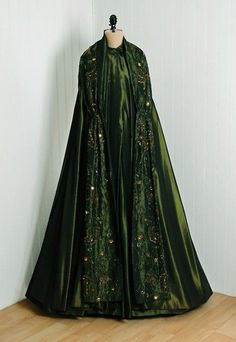 OMG that DRESS evening cloak via Timeless Vixen Vintage green 1950s Style, Vintage Outfits, Vintage Dresses, 1950s Fashion, Vintage Fashion, Steampunk Fashion, Gothic Fashion, Pretty Outfits, Beautiful Outfits