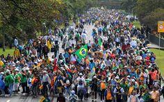 27/7 - Peregrinos caminham em direção à Praia de Copacabana