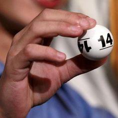 O bingo é um jogo de azar com dois elementos essenciais.    Um monte de bolinhas numeradas de um lado e cartelas com números dispostos em quadrados, por outro.    O jogo começa quando as bolinhas são misturadas num recipiente e são sorteadas, uma de cada vez, por uma pessoa atribuída para essa função.