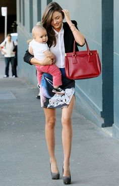 Flynn Bloom Photos - Model Miranda Kerr is seen with 7 month old baby Flynn in Sydney. The former Victoria's Secret angel poses for portraits with her beautiful baby. - Miranda Kerr with Her Son in Sydney Estilo Miranda Kerr, Miranda Kerr Street Style, Gisele Bundchen, Look 2018, Mommy Style, Prada, Fashion Gallery, Types Of Fashion Styles, Beautiful People