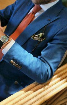 Os ternos azuis são uma boa opção para fugir das cores neutras. Esse modelo ficou perfeito com essa gravata laranja, aliás as gravatas de tricô dos anos 70 estão voltando a moda. Com terno azul prefira sapatos de tons marrons. Beijos! . ✨✨✨✨✨✨✨✨✨✨✨✨✨ . The blue suits are a good choice to get away from neutral colors. This model was perfect with this orange tie, by the way the knitting ties 70s are returning to fashion. With blue suit prefer shoes brown tones. Kisses…