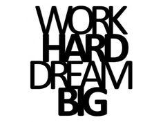 Dekoracyjny napis Work hard Dream big doskonały do powieszenia lub przyklejenia na ścianie. Świetnie dopasuje się do salonu, pokoju dziennego oraz tych pomieszczeń, w jakich chcemy poczuć się pozytywn ...
