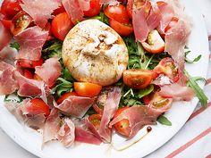 Recept: burrata salade (Miss Lipgloss) Burrata Mozzarella, Lunch Snacks, Breakfast For Dinner, Ciabatta, Food Menu, Caprese Salad, Italian Recipes, Snack Recipes, Brunch