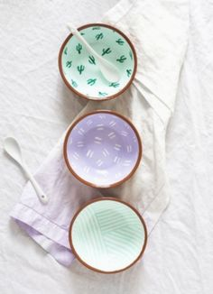 Fancy Fiesta: DIY Pattern Bowls - Sugar & Cloth - Fancy Fiesta: DIY Pattern Bowls The Effective Pictures We Offer You About home diy table A quality - Clay Crafts, Diy And Crafts, Arts And Crafts, Deco Pastel, Pottery Painting Designs, Pottery Painting Ideas Easy, Ideias Diy, Ceramic Painting, Diy Gifts