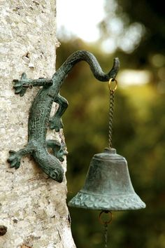 Leapin Lizard Garden Bell Brass Verdi Green Gecko Wall Mounted Bells Chimes 15in