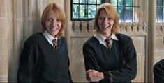 Rowling's Harry Potter series brought us so many unforgettable characters, Fred and George Weasley (James and Oliver Phelps) among them. Harry James Potter, Rowling Harry Potter, Harry Potter Fandom, Harry Potter Characters, Fred Y George Weasley, Hogwarts, Oliver Wood, Oliver Phelps, Phelps Twins