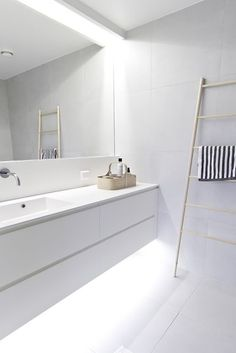 Minimalist bathroom remodel ideas baños blancos modernos, baños modernos, d Bathroom Toilets, Laundry In Bathroom, Small Bathroom, Bathroom Ideas, Bathroom Designs, Light Bathroom, Bath Light, Bathroom Mirrors With Lights, Bedroom Mirrors