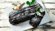 Yule log recipe - BBC Food Mary Berry shows you how to make a foolproof chocolate yule log a.a Bûche de Noël. It's utterly delicious and a perfect alternative to Christmas pudding! Great British Bake Off, Nigella Lawson, Mary Berry Yule Log, Christmas Yule Log, Christmas Cakes, Christmas Baking, Christmas Sweets, Christmas Pavlova, Christmas Squares