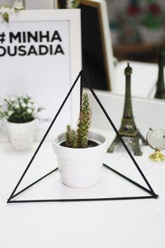 """DIY Estilo Tumblr e Pinterest: vem aprender a fazer uma piramide decorativa, vasos de plantas decorados e ainda água de unicórnio no estilo mais """"faça você mesmo""""!                                                                                                                                                                                 Mais"""