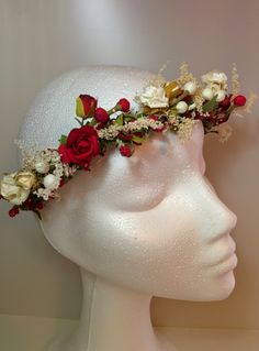 """Modelo Ana:  Nuevamente me dijeron eso de """"sorprendeme"""" pero tiene que ser una diadema de novia campestre. Yo ya me había enamorado de estas maravillosas rosas y fue un flechazo . Frutos rojos con un toque de flor silvestre roja, unido a estos ramilletes de rosas en color rojo y blanco. La diadema me dejó sin palabras..... #diadema #corona #tocado #evento #boda #comunion #novia #invitada #flores #moda #diademadeflores #coronadeflores #complementos #peinado #artesania #manualidades…"""