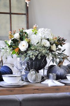vintage-black-urn-centerpiece-for-beautiful-thanksgiving-table