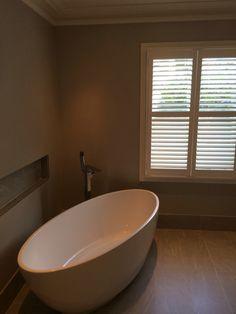 Freestanding oval bath.