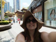 Shanghai ma to do siebie, że idziesz sobie ulicą pełną wieżowców, a tu nagle pojawia się przed Tobą śliczna buddyjska świątynia. (Asia, Szanghaj)