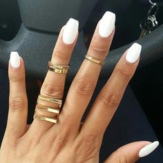 Semi-permanent varnish, false nails, patches: which manicure to choose? - My Nails Acrylic Nails Coffin Matte, White Coffin Nails, Matte White Nails, Coffin Nails Short, White Short Nails, Short Fake Nails, White Nail Polish, Coffin Shape Nails Acrylics, Short Nails Acrylic