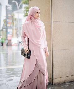 Ladies, this is how you wear a hijab. You draw it over your bosom. Abaya Fashion, Modest Fashion, Fashion Dresses, Hijab Gown, Hijab Outfit, Hijab Style, Hijab Chic, Habits Musulmans, Moslem Fashion