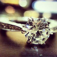 측면의 마이크로 셋팅과 다이아몬드를 지지하는 하트 프롱이 돋보이는 다이아몬드 반지 #wedding #engagementring #diamondring #예물 #다이아몬드반지