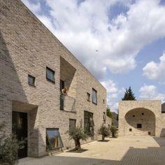 Employment Academy by  Peter Barber Architects  mooie dakrand en nissen