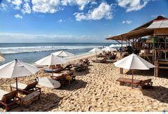 Bãi biển Balangan là thiên đường cho những ai yêu thích bộ môn lướt sóng. Du khách có thể tắm biển, tắm nắng trên bãi cát, tham gia vào các tour học lướt sóng, và thưởng thức những món đặc sản Indonesia hảo hạng. Xem thêm: http://dulichbali.org/bai-bien-balangan-pn.html