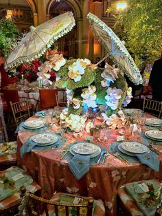 A look at the amazing tables from the New York Botanical Garden's 2019 Orchid Dinner that took place this week at the Plaza. Orchid Centerpieces, Tall Centerpiece, Vanda Orchids, Beautiful Table Settings, Beach Picnic, Place Settings, Victorian Homes, Tablescapes, Backyard