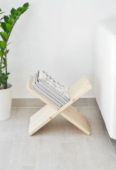 Beautiful and simple wooden DIY magazine holder