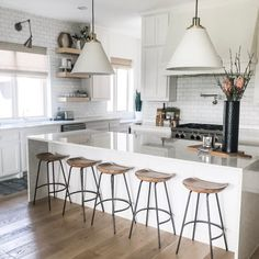 Retro kitchen: 60 amazing decor ideas to check out - Home Fashion Trend Wood Bar Stools, Modern Bar Stools, West Elm Bar Stools, Vintage Bar Stools, Plywood Furniture, Mobile Home Kitchens, Small American Kitchens, Stools For Kitchen Island, White Kitchen Island