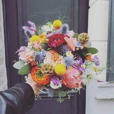 .:. Émilie & François Xavier  Un bouquet riche en couleurs pour un couple petillant   #wedding #weddingday #celebrate #withlove #flower #fleuriste #lefleuriste #florist #lille #fleuristelille #igerslille #bouquet #bride #bridebouquet #flowers #color #colorful #renoncule #pivoine