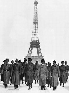 Upon the Nazi occupation of Paris in Adolf Hitler posed in front of the Eiffel Tower with his architect Albert Speer (left) and his favorite sculptor Arno Breker. Gustave Eiffel, Arno, Luftwaffe, Germany Ww2, War Photography, Vintage Paris, Winston Churchill, Historical Pictures, Military History