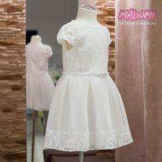 Sukienka wizytowa dziewczęca na przebranie model Jola  Ekskluzywna sukieneczka w kolorze śmietankowym będzie idealna na przyjęcie komunijne czy inne uroczystości np. na wesele. Wykonana z nowoczesnych obecnie najmodniejszych materiałów na rynku. Odcinana w pasie z paseczkiem który podkreśla talię. Góra ma kwiatowy wzór. Z tyłu zasuwana na zamek. #sukienki #sukienkiwizytowe #sukienka #sukienkawizytowa #sukienkinaprzebranie #sukienkanaprzebranie