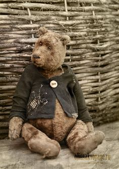 He is a well loved little bear, if only he could tell his life stories. He is a well loved little bear, if only he could tell his life stories. Old Teddy Bears, Antique Teddy Bears, My Teddy Bear, Antique Toys, Vintage Toys, Love Bear, Bear Doll, Old Toys, Felt Animals