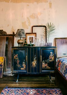 Romantic Bohemian moments & Asian-Inspired Cabinets (Justina Blakeney - The Jungalow) Asian Inspired Bedroom, House Styles, Decor, Diy Home Decor, Eclectic Bedroom, Asian Home Decor, Asian Decor, Asian Interior, Home Decor