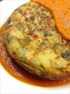 TORTILLA de pisto con salsa de tomate Meat Recipes, Mexican Food Recipes, Cooking Recipes, Ethnic Recipes, Spanish Tapas, Spanish Food, Spanish Recipes, Egg Tortilla, Kitchen Dishes