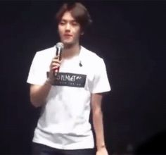 baekhyun imitating a fan who was uncomfortably jumping 'cause of her skirt at the dallas concert (2/2)
