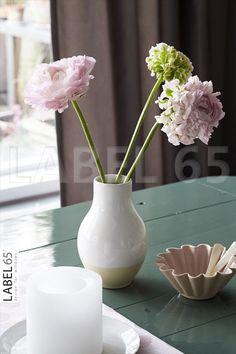 Woonaccessoires in pasteltinten geven een rustige uitstraling in huis, perfect in combinatie met een vitrage gordijn in aarde tint.