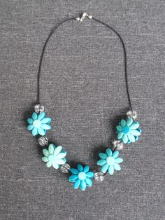 Bloemenketting van fimo. Flower-necklace made of fimo.