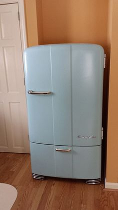Ice cream for two please! Vintage Kelvinator refrigerator, we had in In we had one for His Place Christian Bookstore employees! Vintage Kitchen Appliances, 1940s Kitchen, Old Kitchen, Kitchen And Bath, Vintage Fridge, Vintage Refrigerator, Retro Fridge, 1940s Decor, Vintage Decor
