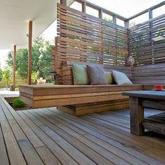 decorar terrazas utilizando un banco de madera ip como elemento principal